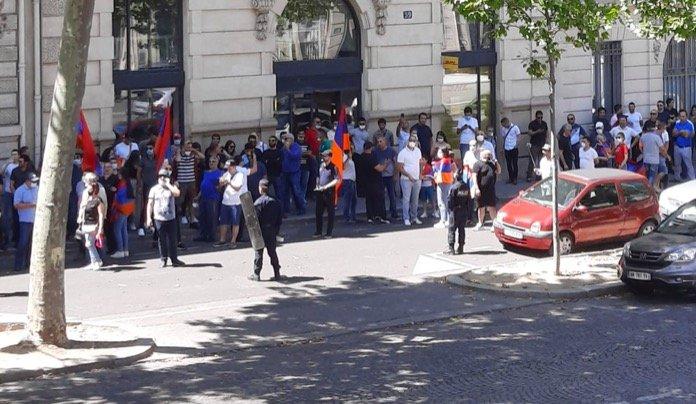 Ermeni uşakları Paris'te miting düzenledi