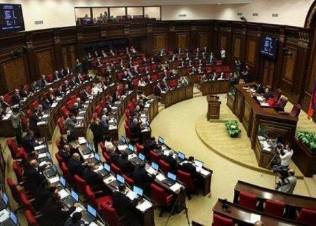 Ermənistan parlamenti hərbi vəziyyətin davam etməsinə qərar verdi