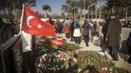 Azərbaycan xalqı Yeni ilin ilk günü Şəhidlər xiyabanına axışdı - FOTO