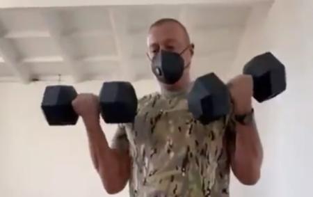 Prezident şəxsi heyət qarşısında idman etdi- Video