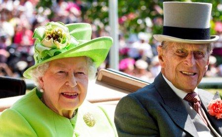 Kraliçanın bu halı müzakirələrə səbəb oldu - Foto