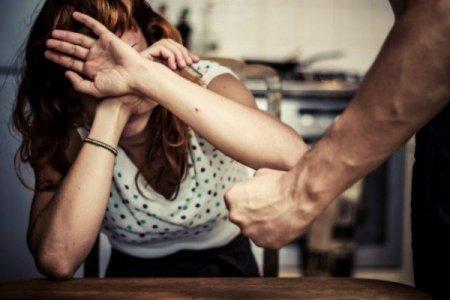 Heç bir səbəb olmadan qadını yaraladı, övladını öldürdü