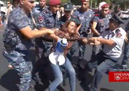 İrəvanda etiraz:Polislər sakinləri saxladı (VİDEO)