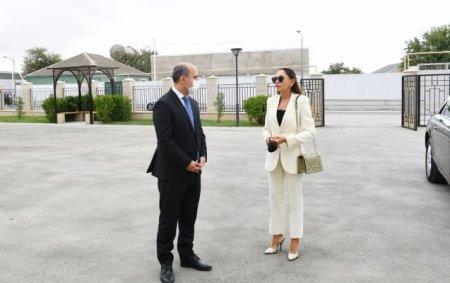 Mehriban Əliyeva Binədə yeni inşa edilən məktəbdə - Fotolar